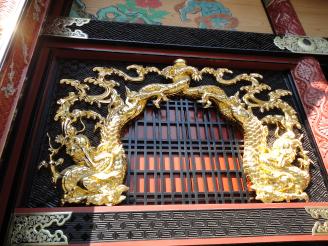 金箔貼りの豪華な花頭窓