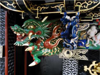 形・色など全てが異なる聖天堂の龍